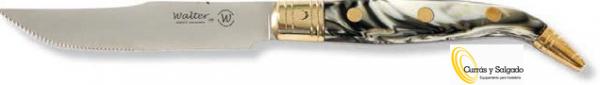 avaja cuchillo mango asta de toro filo liso medida 13cm. Navaja cuchillo mango coral filo liso. Esta cubertería esta fabricada basándose en el mundo de las carnes con mango imitación a asta de toro. Puede utilizarlo, en uno de los mejores restaurantes de carnes, como el restaurante divino https://divinovinoteca.com/ Su filo liso y largos de casi 10,5 cm lo hacen que sea perfecta para cortar, tiene un mango color coral con 2 colores distintos. Tiene unos remaches en la conexión con la hoja y al final, así hará que aguanten más. El cuchillo tiene hierro por lo tanto se puede afilar, al tener esta aleación es aconsejable limpiarlo, después de lavarlo. Tiene un tenedor con púas muy afiladas, que hacen que tenga un agarre perfecto y cortar suavemente con su cuchillo liso. Puede pedirnos la caja de regalos, para presentar estas piezas individualmente, pídanos presupuesto. Otra novedad es que se puede grabar a partir de una pequeña cantidad. Puede pedirnos una pieza o pasar por nuestras instalaciones a verlos. Plazo de entrega,se lo presupuestaremos en península, para otros destinos le informaremos. Puede darse de alta para descargar los catálogos.