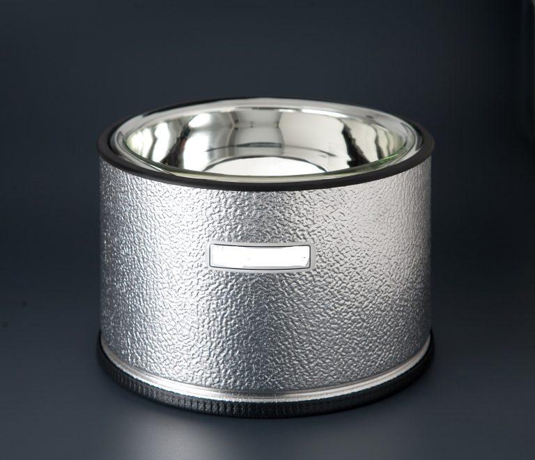 Vaso especial dewar para trabajar con nitrógeno medida 25cm. Vaso especial dewar. Se puede utilizar la jarra termo para nitrógeno y así será mucho más fácil el trabajo. Es la herramienta ideal para la elaboración de helados y sorbetes con nitrógeno líquido. El mundo del nitrógeno:https://es.wikipedia.org/wiki/Nitr%C3%B3geno Válido como envase para la cocción en nitrógeno y elaboraciones criogénicas a la vista del cliente. Su resistente bol está fabricado en vidrio borosilicato, tiene una doble cámara cerrada al vacío para poder mantener la mínima ebullición del nitrógeno en los trabajos más delicados. Se puede utilizar CO2 pero este producto no comprende casi ningún riesgo. Aunque harán los efectos visuales, presentando unos platos impresionantes en la mesa. Rango de uso desde -200ºC hasta +200°C. La utilización de nitrógeno, es necesario estar cualificado, y pasar las inspecciones obligatorias. El plazo de entrega, según proveedor, es rápido sobre una semana en península, para otros destinos le informaremos. Puede darse de alta para descargar todos los catálogos.