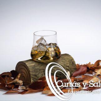 Vaso especial de whisky con tronco de encaje 20x13xh17 cm. Este vaso de borosilicato esta encajado en una rama, tronco como si fuera su bandeja. Este tipo de modelos exclusivos son ideales para presentaciones de whiskys, destilados o cócteles. Su vaso fino se encaja en uno de sus nudos portándole estabilidad para su transporte. Los vasos suelen pedirse por recambio ya que es lo único que se fractura, pídenos información para este tipo de reposición. La presentación en cierto tipo de eventos deja a los comensales con una idea bastante impresionable, El material del vaso es borosilicatohttps://es.wikipedia.org/wiki/Vidrio_borosilicatado que es un compuesto de boro y silicio que es una aleación más dura y resistente al uso diario. Este tipo de vaso aguanta tanto calor, como frío utilizando soplete, co2, nitrógeno... Los vasos son fáciles de apilar, válidos para el lavavajillas. La entrega de este producto puede tardar por su fabricación, consúltenos.