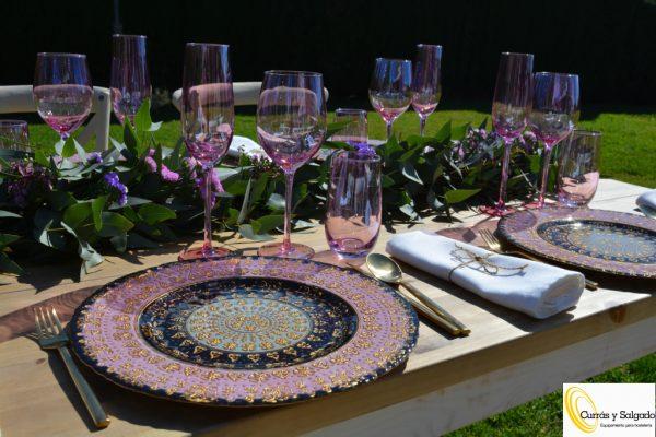 Bajo plato de cristal árabe color rosa.