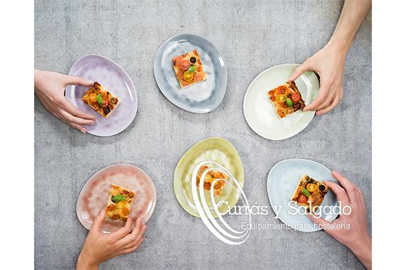 Plato de melamina ovalado streetfood varios colores medida 15x11,5cm. Platos ovalados de melamina, con seis colores distintos, dando un toque de frescura. La melanina esun materialprácticamente irrompible, resistente a los arañazos y al ácido queaguanta temperaturasdesde -30ºC a 70ºC. Lamelamina, en sí, es un tipo dematerialplástico compuesto por resinas que se emplea para colegios, restaurantes y se caracteriza por ser dura y muy resistente. Que es la melamina: https://es.wikipedia.org/wiki/Melamina Es fácil de apilar y válida para lavavajillas. Presente unos trozos de tortilla, unas croquetas o cualquier alimento que no contenga líquidos. El plazo de entrega, sobre dos semanas, aunque es inconveniente informarse por correo antes. Esta melamina es un producto nuevo y muy demandado por ser algo distinto. No es apta para el microondas, horno y no aguanta el cuchillo de sierra. Puede registrarse para descargar los catálogos.