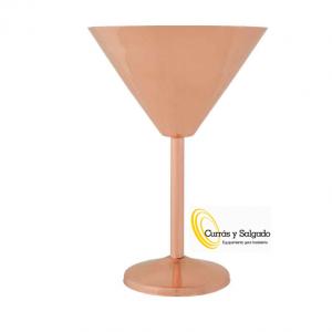 Copa martini lisa de cobre cosy capacidad 35 cl. Esta copa es novedad de la marca cosy and trendy, con capacidad de 35 cl. Es lisa, con una medida de 12,5x18 cm. Hay otro modelo en color negro, próximamente habrá novedades. El metal se está, poniendo de moda en los mejores locales de España. Presente martinis, cócteles únicos, todo según el barman o entrantes con alimentos en una mesa, antes de la comida. Se puede meter al lavavajillas. El único inconveniente es, que no se puede apilar y va a necesitar espacio, para trabajar con estos productos. Puede pedirnos una muestra, se la enviaremos. Dese de alta, para descargar los catálogos y ver todos nuestros productos.